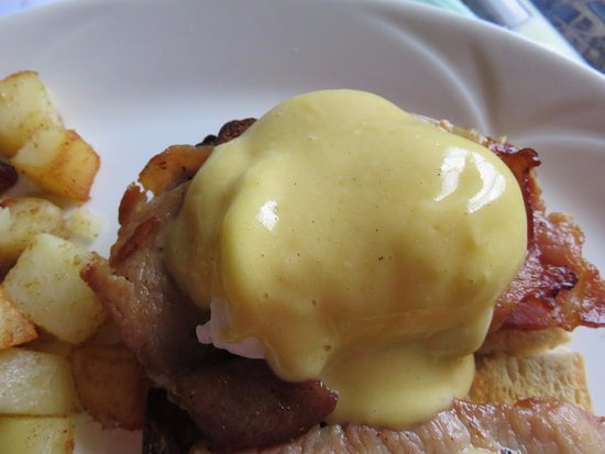 Le Papillion Cafe Grenada: EGGS BENEDICT