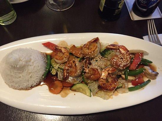 Hilden, Deutschland: Gegrillte Garnelen mit Wok Gemüse und Reis
