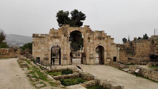 Ruiny Dżarasz: Триумфальная арка в честь императора Андриана