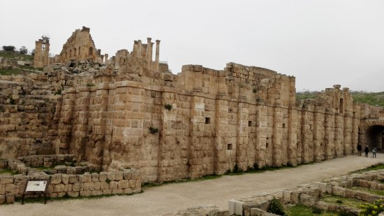 Ruiny Dżarasz: Стена конюшен и ипподрома