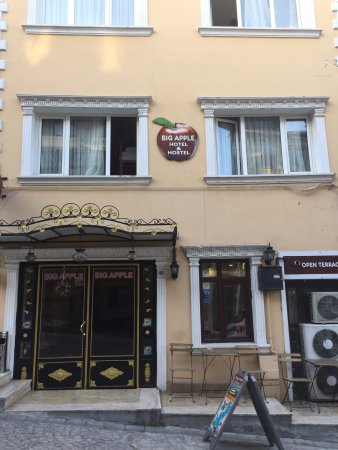 Big Apple Hostel & Hotel: Exterior of the ever so welcoming Big Apple Hostel and Hotel, Istanbul