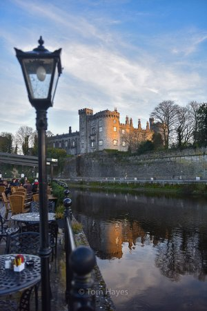 Kilkenny River Court Hotel: The hotel has an external dining/drinks area overlooking the Castle across the river.