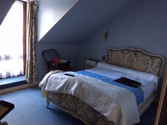 Riec-sur-Belon, France : tête de lit complètement usée et pas nette, vieille couverture