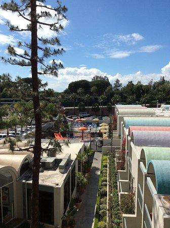 Howard Johnson Anaheim Hotel and Water Playground: 5 min wal to Disney