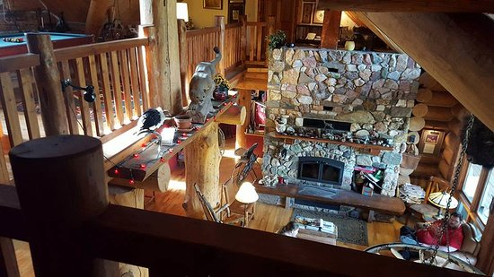Buffalo Rock Lodge: View of downstairs living room from above