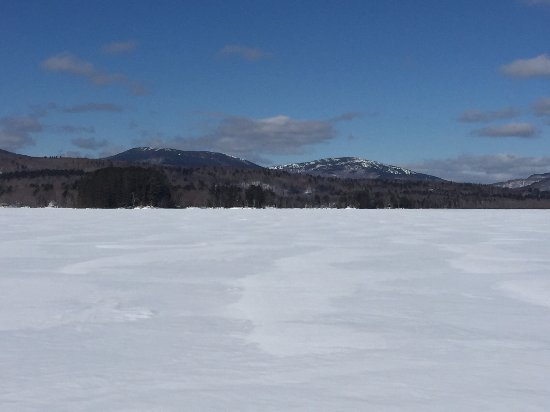Wilton, เมน: View of some of the mountains on Wilson Lake in front of the Wilson Lake Inn.