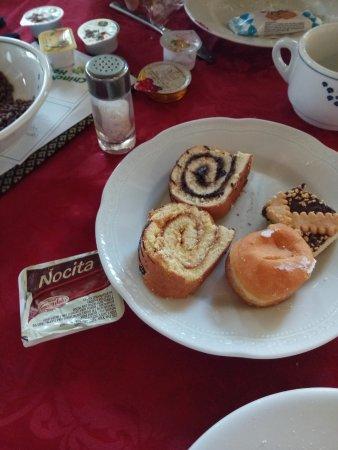 Chiesa, Italia: Colazione con finta nutella e tortino rotolo tristezza