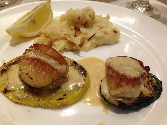 Needham, MA: Split entree portion og Seared scallops, grilled squash with onion mashed potato, thyme cream sa
