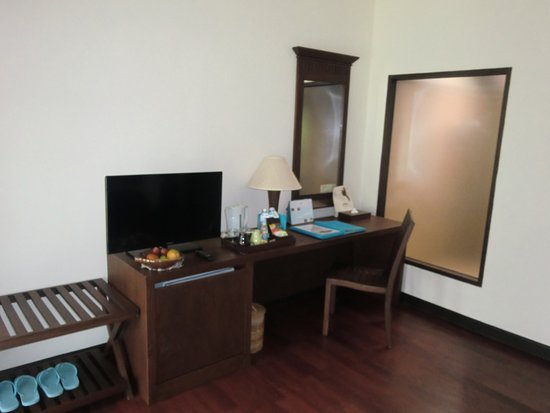 Ao Prao Resort : Desk, TV and refrigerator - plus the one chair in our room