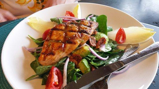 Sterling, VA: Salmon on salad, really good!!