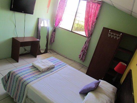 Antiguo Cuscatlan, El Salvador: habitacion doble con ventilador y  tv plasma con cable