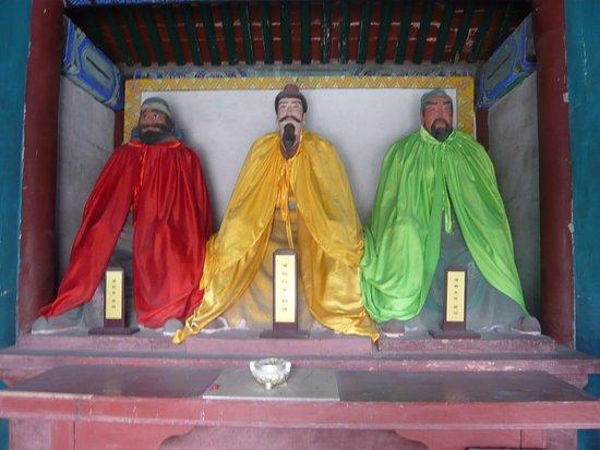 涿州, 中国, 劉備・関羽・張飛の像(張飛の顔は困った顔をしている)