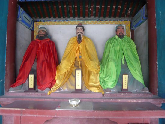 Zhuozhou, Китай: 劉備・関羽・張飛の像(張飛の顔は困った顔をしている)