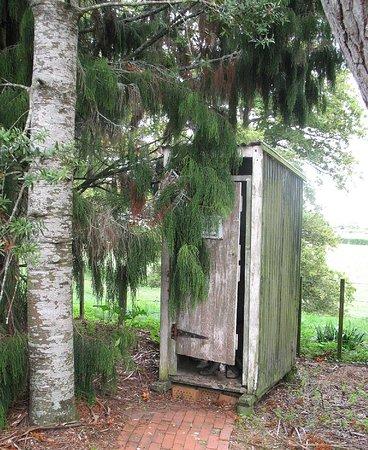 Matamata, Nieuw-Zeeland: The original Long Drop (outside toilet)