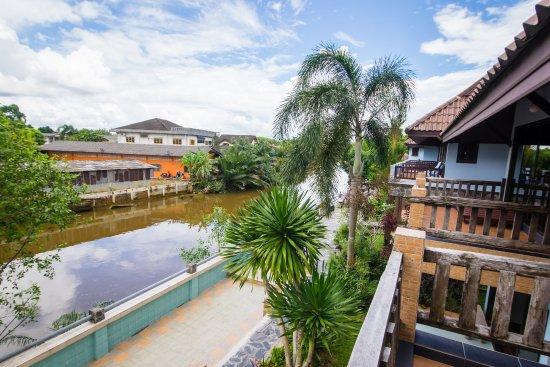 Baanrimnam Resort: Upstairs with balcony