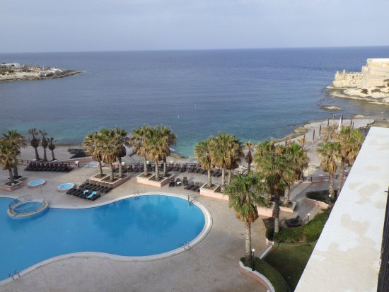The Westin Dragonara Resort, Malta: 7F南棟客室からプールとビーチを撮影