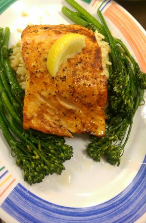 Salt Creek Restaurant: Tonight's special was delicious. Smoked flavored Salmon with rice pilaf and broccolini. Shrimp c