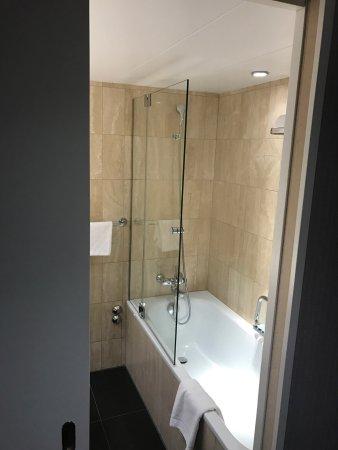 Hotel Ascot: コンディショナーが無いのは他同様ですが、清潔感があり、ベッドとお風呂が素晴らしいホテルです。 スリッパも必要ですね。