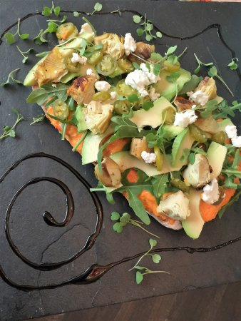 Bryanston, Sudáfrica: Vegetarian Flatbread - Topped with lots of good fresh stuff!