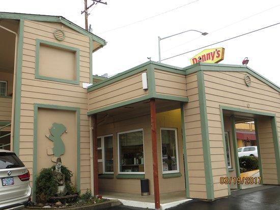 Roseburg, Oregón: Lobby area, and Denny's across the street.