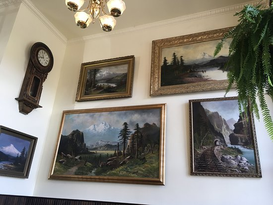 The Dalles, Орегон: Beautiful landscape paintings cover the walls...
