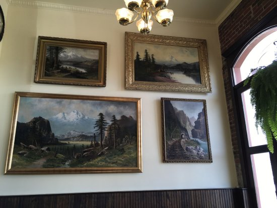 The Dalles, Орегон: Another view of landscape paintings...
