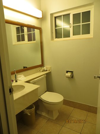 Roseburg, OR: Not a fan of sink & vanity inside bathroom, unless an additional one outside as well!