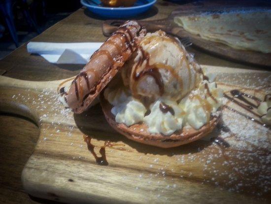 Caversham, Australia: Macaron sandwich and ice cream.