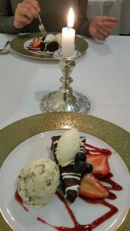 Pohara, Nueva Zelanda: Yummy dark chocolate torte with home made ice cream