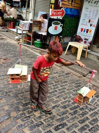 Bogyoke Aung San Market: Child vendor