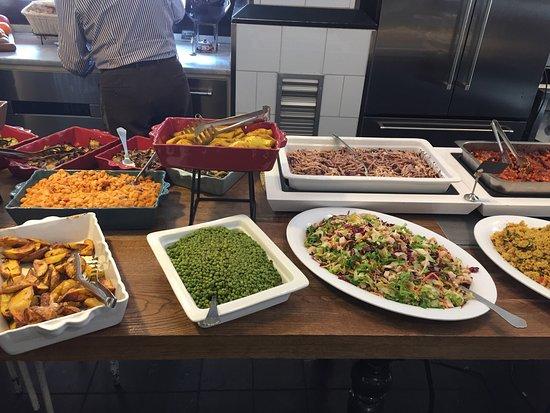 Buffet Di Insalate Miste : Verdure cotte e insalata mista foto di porto fluviale roma
