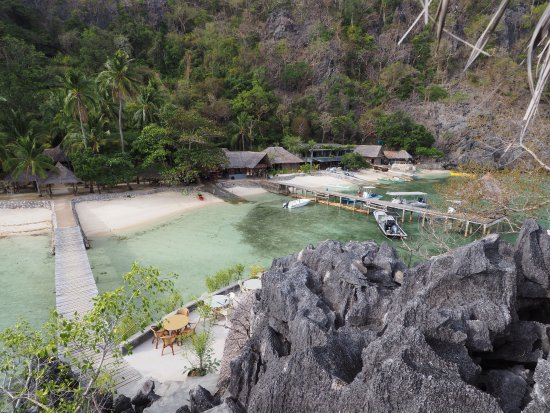 Sangat Island, Philippines: Looking down from the look-out onto the bar area