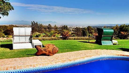Gordon's Bay, Afrika Selatan: Lovely views and sparkling pool
