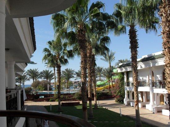 Dessole Seti Sharm Resort : вид на море и горки с балкона второго этажа 6 корпуса