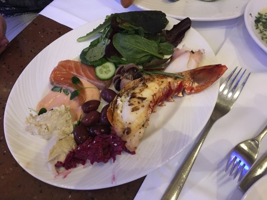 Jumeirah Dar Al Masyaf at Madinat Jumeirah: Вид из номера 904в 9 вилле,хэппи час и варианты блюд в ресторане.