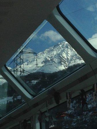 Glacier Express: Aussichtsfenster der Bahn in der Oberalpregion
