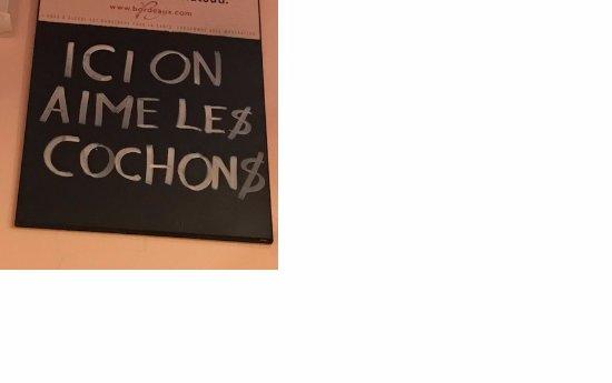 Au Port de la Lune: En el cartel se declara ese amor por el cerdo...confitado