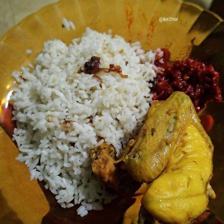 Makan Nasi Uduk Ulasan Ayam Goreng Mat Lengket Jakarta