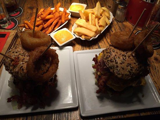 . Die beiden Touchdown Burger mit Beilage   Picture of Beef   Burger
