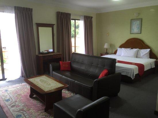 Lipis Plaza Hotel: Executive suite, big room with sofa.