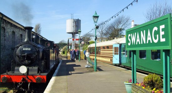 Swanage, UK: Even the shadow of the shunter on the platform can get me excited!