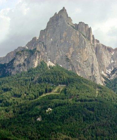 Fie allo Sciliar (Voels am Schlern), Italien: Sentiero e ruderi ai piedi dello Sciliar