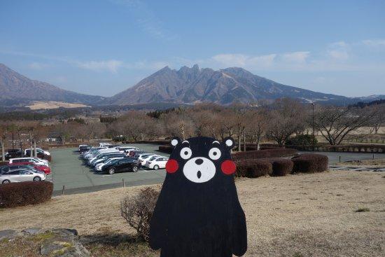 Takamori-machi, Japan: ホテル正面玄関から根子岳を望む(くまモン付き)