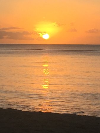 Le Meridien Ile Maurice: Get lucky and see the perfect sunset.