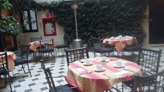 LP Los Portales Hotel Cusco: Área central com teto transparente muito charmosa.