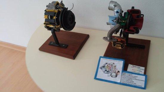 Rio Maior, Portugal: motores em exposição com legenda