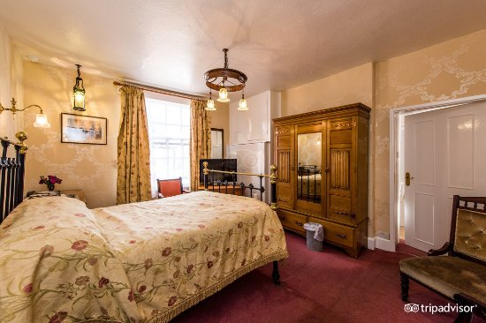Broadway, UK: Double Bedroom at Crown and Trumpet Inn