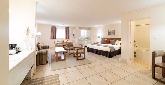 Newmarket, Canada: Executive room with King bed and kitchenette