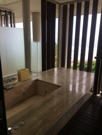 Anantara Seminyak Bali Resort: balcony/ outdoor tub
