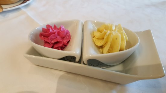 Arucas, Spanje: Mantequilla (izq) de remolacha y mantequilla (dcha) cebolla y manga
